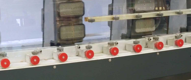 Foto av maskin som bearbeider glass